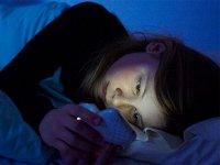 خیره شدن به صفحه گوشی هوشمند پیش از خواب، احتمال کوری موقت را بالا می برد