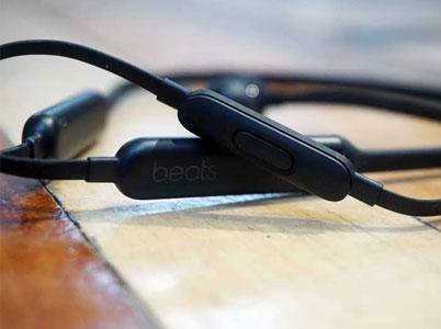 هدفون بیتس مجهز به میکروفون برای مدیریت تماس ها