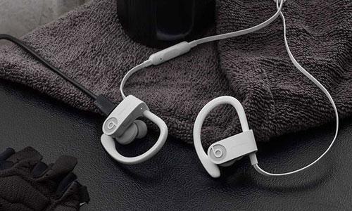 هدفون بلوتوث بیتس Powerbeats3 از طریق درگاه میکرو USB شارژ می شود