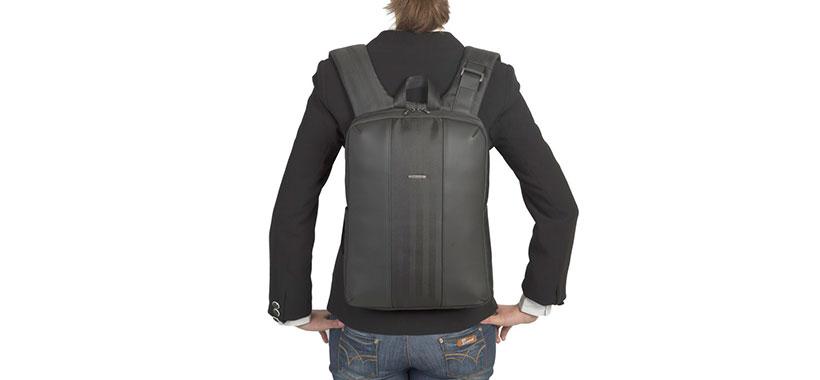 کوله پشتی لپ تاپ ریواکیس با تهویه مناسب در قسمت پشتی