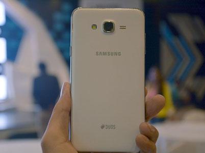 در پشتی گوشی سامسونگ Galaxy J7