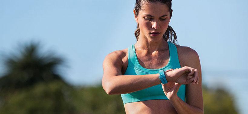 پیگیری ضربان قلب روی مچ دست با دستبند سلامتی فیت بیت