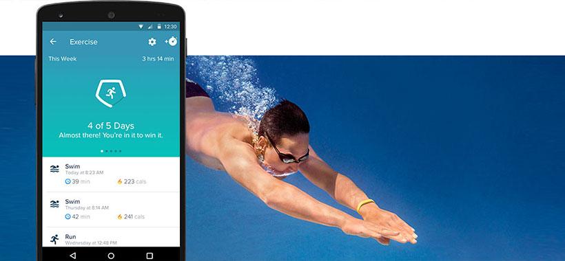 پیگیری شنا و ورزش های آبی با بند ورزشی فیت بیت